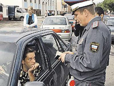 Обязан водитель дать в руки докуенты сотруденику дпс