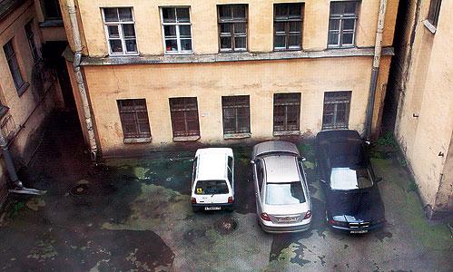 Парковка от окон жилого дома
