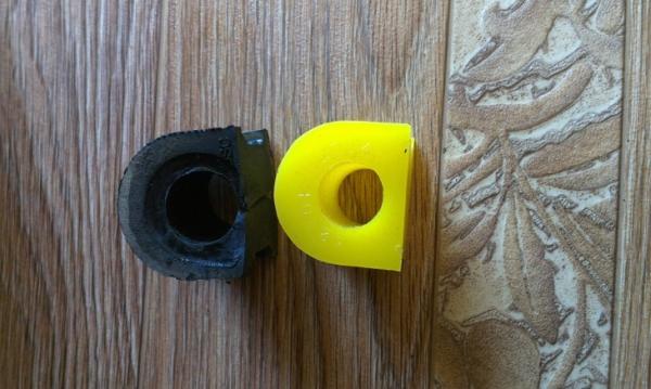 Резиновая слева, справа полиуритановая втулка стабилизатора