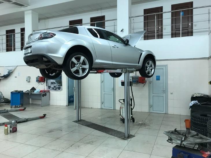 Mazda RX-8 на техническом обслуживании