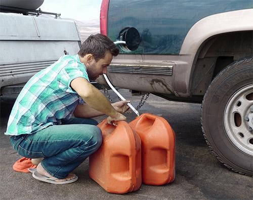 otsosat-benzin-iz-baka-damskih