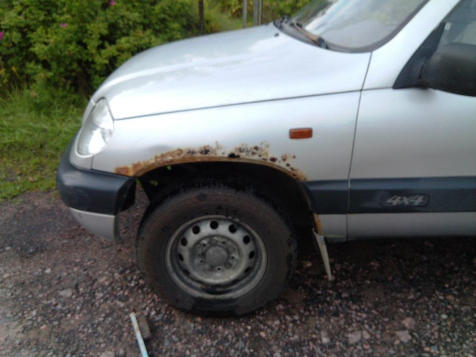Коррозия - модель 2003 года. Обычно когда у машины присутствуют накладки на крыльях - признак того, что скрывают ржавчину.